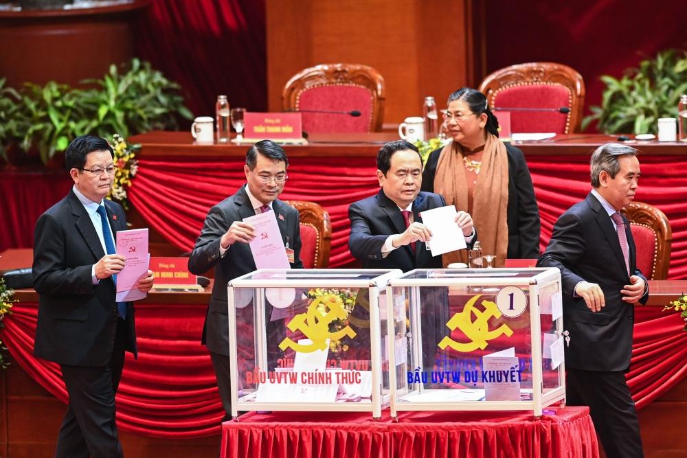 Các đồng chí lãnh đạo Đảng và Nhà nước bỏ phiếu bầu Ban Chấp hành Trung ương khóa XIII.