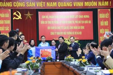 Phó Chủ tịch Quốc hội Tòng Thị Phóng tặng quà Tết công nhân vệ sinh môi trường