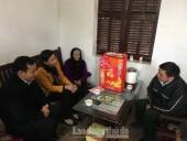 Chủ tịch LĐLĐ TP Nguyễn Thị Tuyến tặng quà Tết gia đình chính sách huyện Thạch Thất