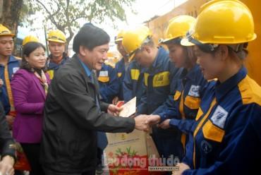 Chủ tịch Tổng LĐLĐ Việt Nam tặng quà cho công nhân thoát nước trên phố Đào Tấn