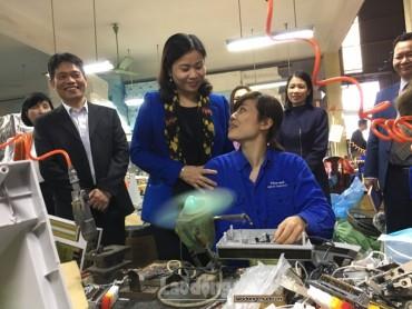 Chủ tịch LĐLĐ TP Nguyễn Thị Tuyến chúc tết CNLĐ ngày làm việc đầu tiên
