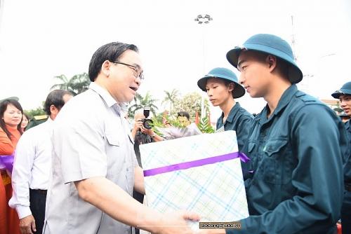 Bí thư Thành ủy Hoàng Trung Hải động viên các tân binh của Thủ đô lên đường nhập ngũ