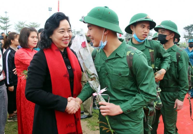 Phó Bí thư Thường trực Thành ủy Hà Nội động viên tân binh lên đường nhập ngũ
