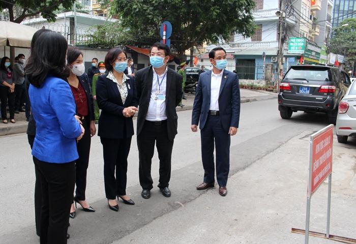 Phó Bí thư Thường trực Thành ủy Hà Nội Nguyễn Thị Tuyến kiểm tra công tác cách ly tại phường Dịch Vọng