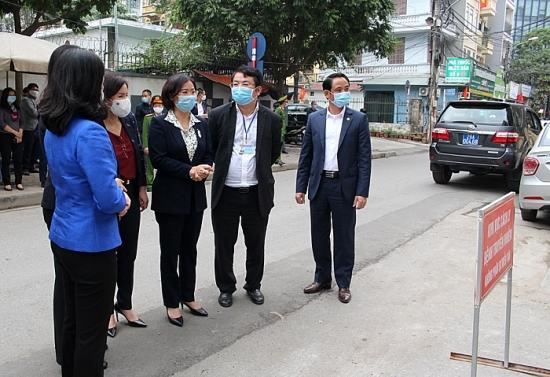 Phó Bí thư Thường trực Thành ủy Nguyễn Thị Tuyến đi kiểm tra công tác phòng, chống Covid-19