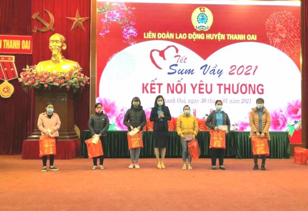 Liên đoàn Lao động huyện Thanh Oai trao tặng quà Tết cho người lao động