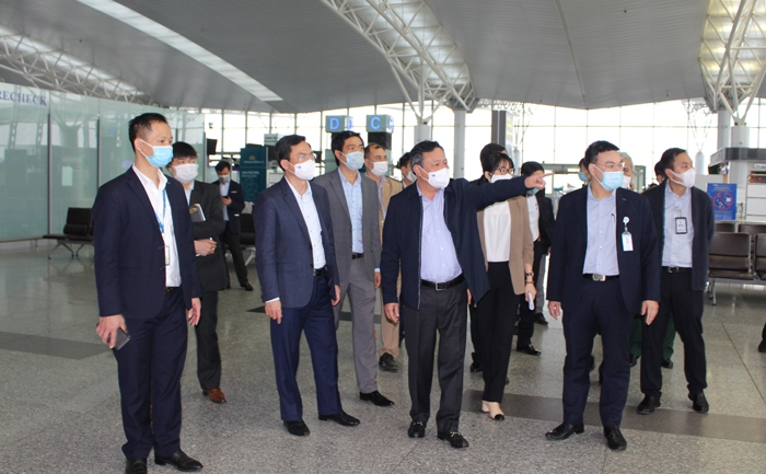 Phó Bí thư Thành ủy Hà Nội Nguyễn Văn Phong kiểm tra công tác phòng, chống Covid - 19 tại Cảng hàng không quốc tế Nội Bài