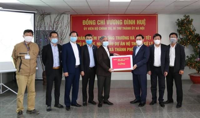 Bí thư Thành ủy Hà Nội Vương Đình Huệ trao quà Tết cho đại diện chủ đầu tư, nhà thầu xây dựng Dự án Hệ thống xử lý nước thải Yên Xá