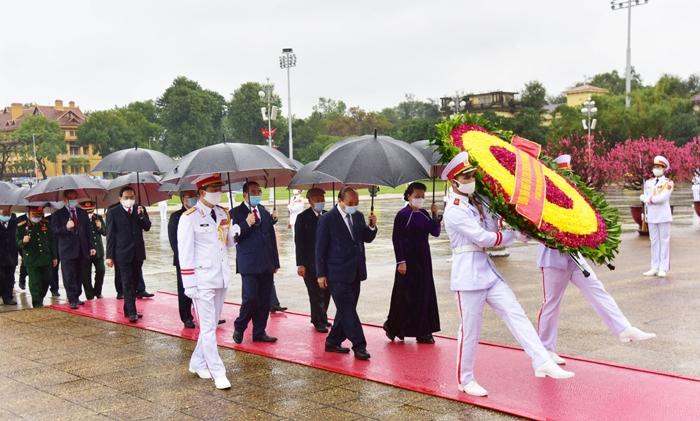 Lãnh đạo Đảng, Nhà nước và thành phố Hà Nội vào Lăng viếng Chủ tịch Hồ Chí Minh, dâng hương tưởng niệm các Anh hùng liệt sĩ