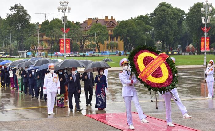 Đoàn đại biểu thành phố Hà Nội vào Lăng, viếng Chủ tịch Hồ Chí Minh