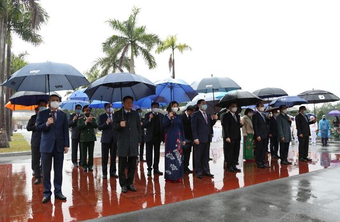 Các đồng chí lãnh đạo thành phố Hà Nội tưởng niệm tại Nghĩa trang Mai Dịch