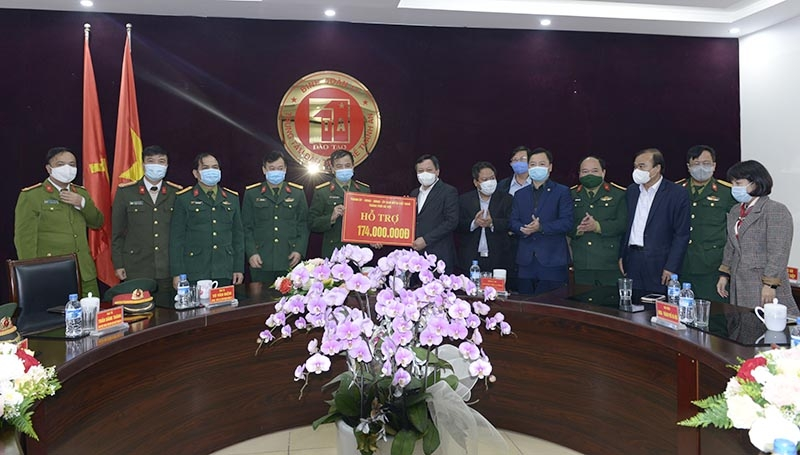 Phó Bí thư Thành ủy Hà Nội Nguyễn Văn Phong tặng quà, động viên các lực lượng làm nhiệm vụ tại khu cách ly Trung tâm đào tạo nghề Thành An.