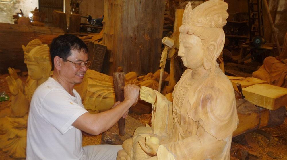 Nghệ nhân tạc tượng làng nghề truyền thống Dư Dụ xã Thanh Thùy