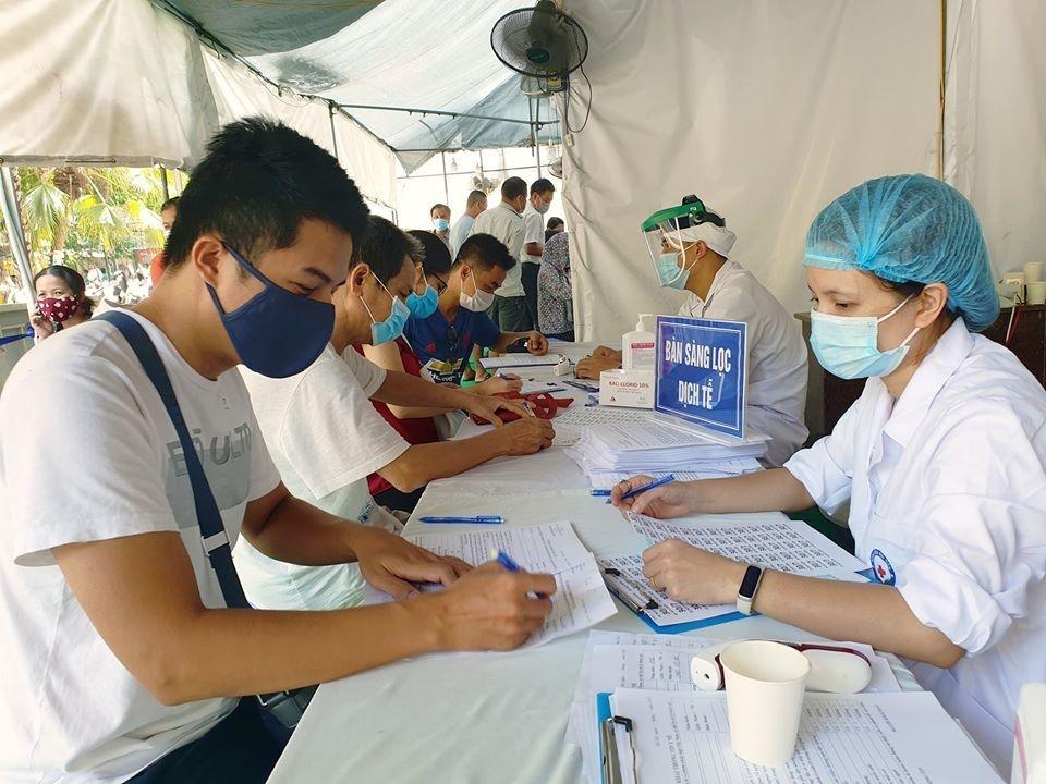 Người dân khi trở lại Hà Nội sau kỳ nghỉ Tết cần đến Trạm Y tế phường nơi bản thân đang sinh sống, học tập, làm việc để khai báo y tế. (Ảnh minh họa)
