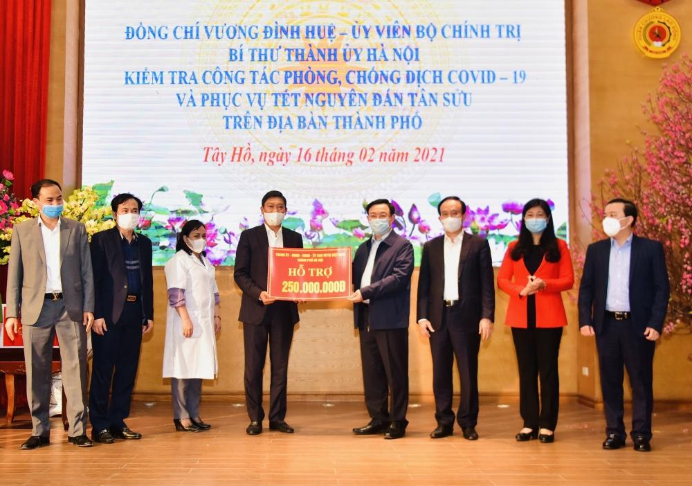 Bí thư Thành ủy Hà Nội Vương Đình Huệ trao hỗ trợ phòng, chống dịch Covid-19 cho quận Tây Hồ