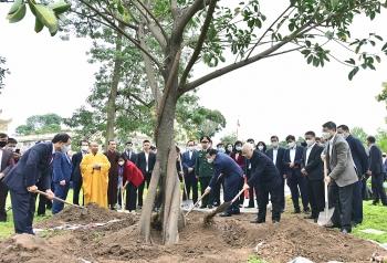 Tổng Bí thư, Chủ tịch nước Nguyễn Phú Trọng trồng cây đầu xuân tại Hoàng thành Thăng Long