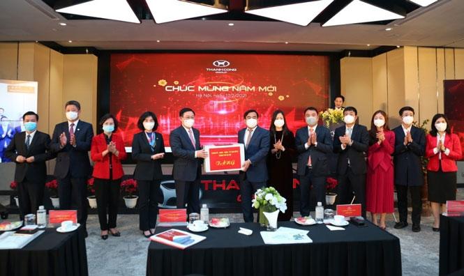 Bí thư Thành ủy Hà Nội Vương Đình Huệ tặng quà cán bộ, công nhân viên, người lao động Tập đoàn Thành Công.