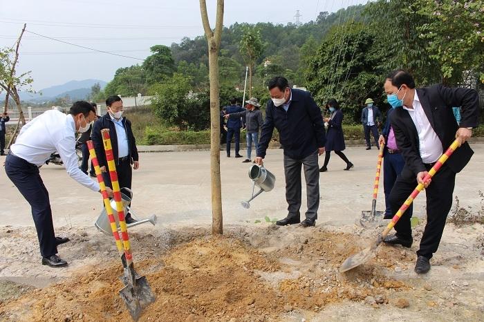 Phó Bí thư Thành ủy Nguyễn Văn Phong trồng cây đầu xuân tại huyện Sóc Sơn