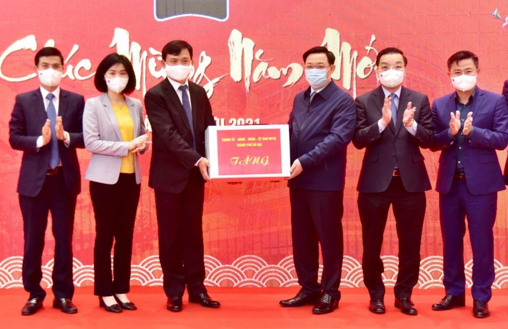 Bí thư Thành ủy Vương Đình Huệ động viên sản xuất đầu năm tại huyện Quốc Oai