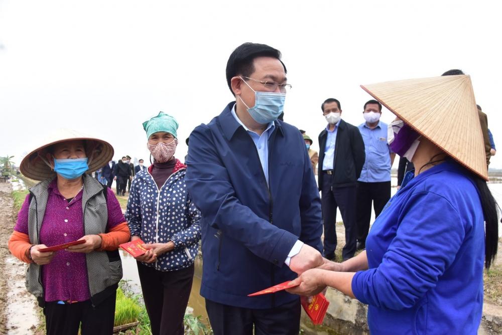 Bí thư Thành ủy Vương Đình Huệ mừng tuổi lấy may cho bà con nông dân