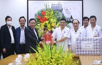 Phó Bí thư Thành ủy Nguyễn Văn Phong thăm, chúc mừng Bệnh viện Hữu Nghị