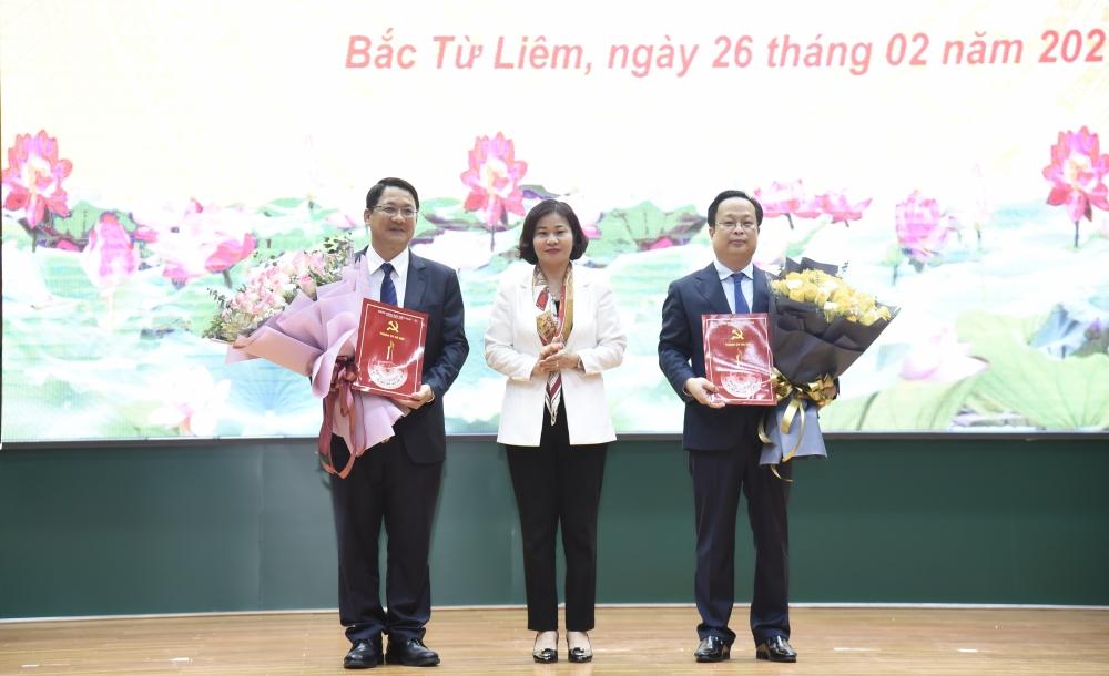 Phó Bí thư Thường trực Thành ủy Hà Nội trao các quyết định về công tác cán bộ tại quận Bắc Từ Liêm