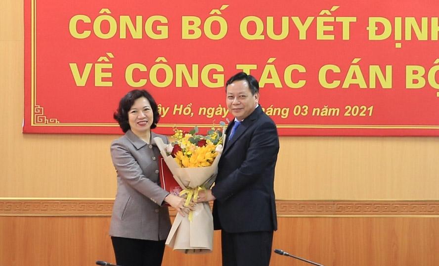 Phó Bí thư Thành ủy Nguyễn Văn Phong trao quyết định về công tác cán bộ tại quận Tây Hồ