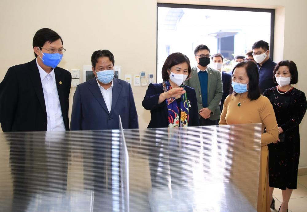 Phó Bí thư Thường trực Thành uỷ Nguyễn Thị Tuyến kiểm tra công tác phòng chống dịch Covid-19 tại Cụm Công nghiệp Ngọc Hồi