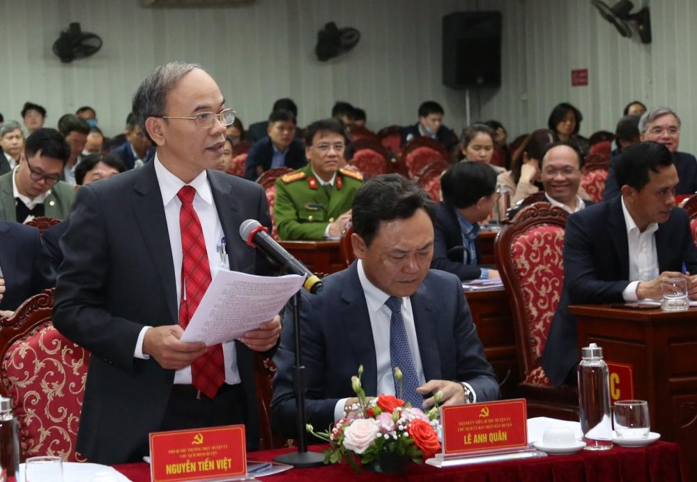 Phó Bí thư Thường trực Huyện ủy Gia Lâm Nguyễn Tiến Việt báo cáo tại buổi làm việc