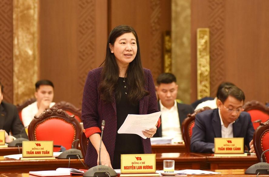Chủ tịch Ủy ban Mặt trận Tổ quốc Việt Nam thành phố Nguyễn Lan Hương báo cáo tổng hợp ý kiến thảo luận tại tổ.