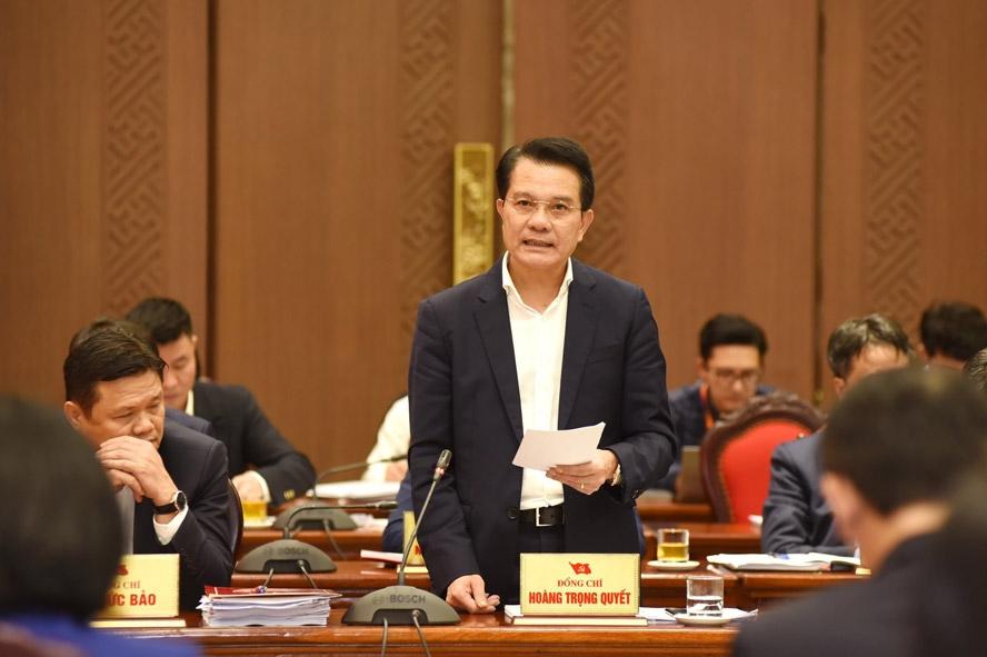 Chủ nhiệm Ủy ban Kiểm tra Thành ủy Hoàng Trọng Quyết báo cáo tổng hợp ý kiến thảo luận tại tổ.