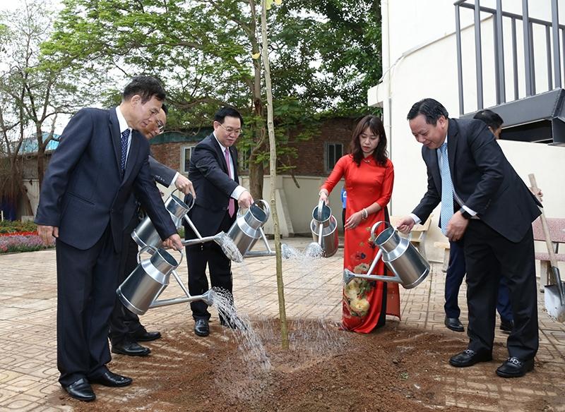 Bí thư Thành ủy Vương Đình Huệ cùng các đồng chí lãnh đạo Thành phố trồng cây trong khuôn viên Trường Đại học Thủ đô Hà Nội