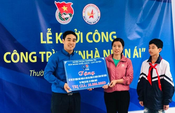 """Trao tiền hỗ trợ xây dựng """"Nhà nhân ái"""" tại xã Thống Nhất (huyện Thường Tín)."""