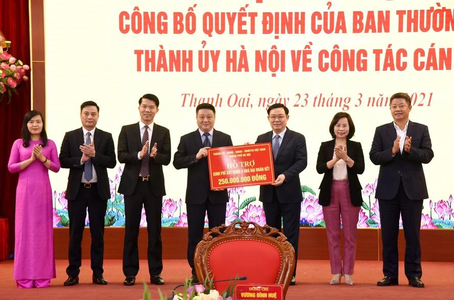 Bí thư Thành ủy Vương Đình Huệ trao tặng kinh phí xây dựng nhà Đại đoàn kết cho hộ gia đình có hoàn cảnh khó khăn trên địa bàn huyện Thanh Oai