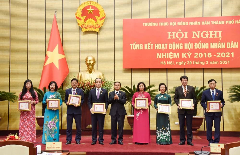 Phó Chủ tịch Quốc hội Đỗ Bá Tỵ trao danh hiệu Vì sự nghiệp xây dựng Thủ đô cho các đồng chí lãnh đạo thành phố Hà Nội.