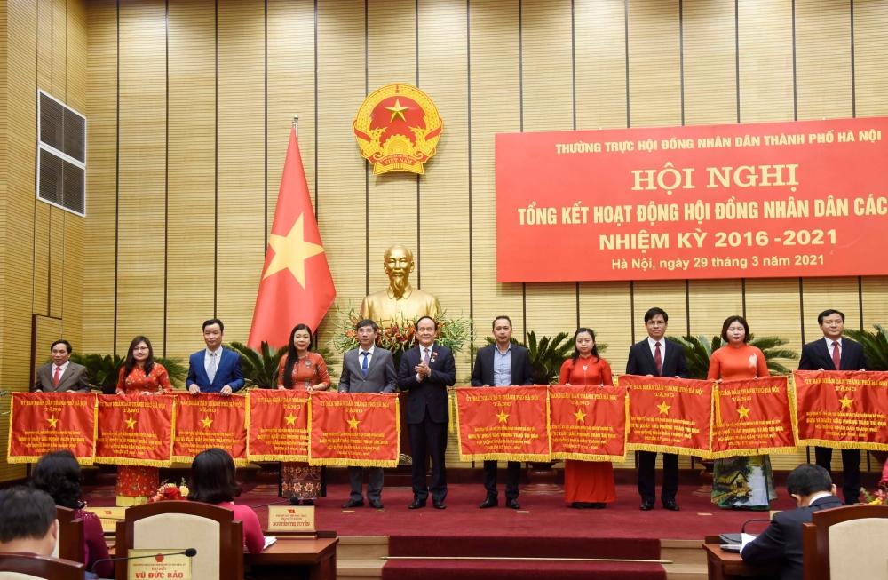 Chủ tịch Hội đồng nhân dân thành phố Hà Nội Nguyễn Ngọc Tuấn trao Cờ thi đua của Ủy ban nhân dân thành phố Hà Nội cho các tập thể có thành tích xuất sắc.