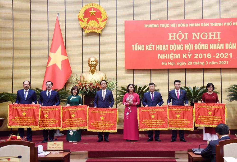Ủy viên Trung ương Đảng, Phó Bí thư Thường trực Thành ủy Hà Nội Nguyễn Thị Tuyến trao Cờ thi đua của Ủy ban nhân dân thành phố Hà Nội cho các tập thể có thành tích xuất sắc.