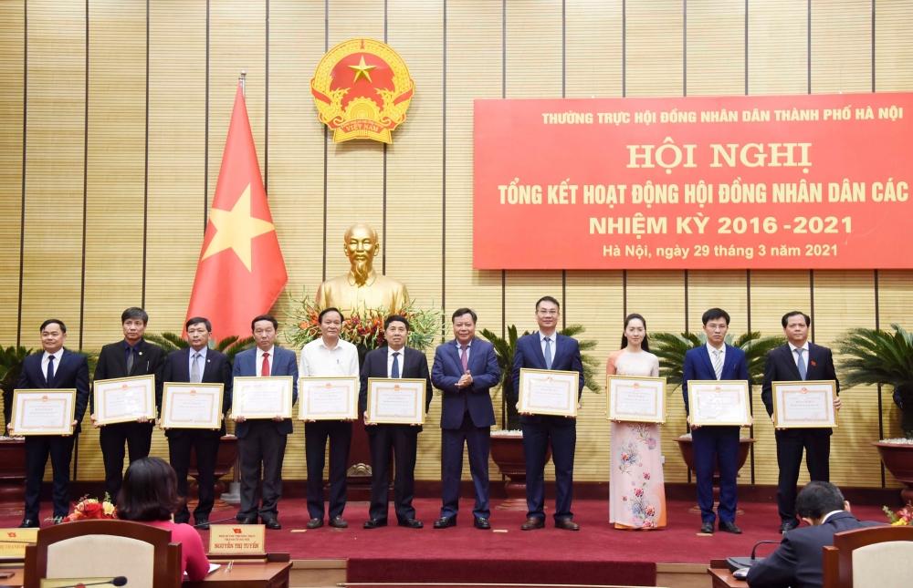 Phó Bí thư Thành ủy Hà Nội Nguyễn Văn Phong trao Bằng khen của Ủy ban nhân dân thành phố Hà Nội cho các tập thể có thành tích xuất sắc.