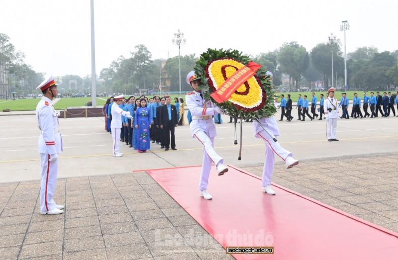 Đại biểu dự Đại hội XVI Công đoàn Thành phố vào Lăng viếng Chủ tịch Hồ Chí Minh