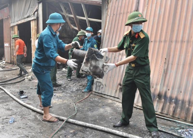Huy động 156 cán bộ và dân quân khắc phục hậu quả vụ cháy tại phường Trung Văn