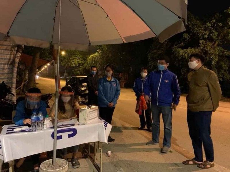 Chống dịch Covid-19, thanh niên tình nguyện trực xuyên đêm tại các cửa ngõ Thủ đô