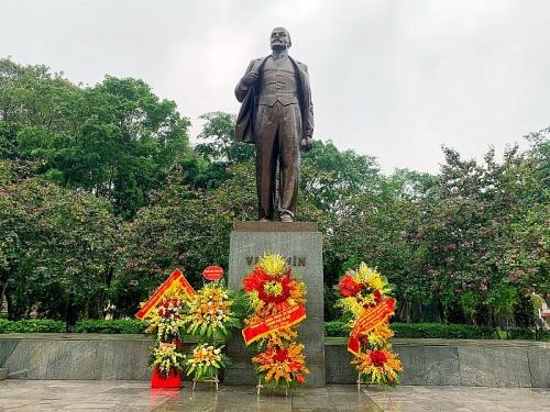 Tuổi trẻ Thủ đô dâng hoa tưởng niệm tại tượng đài V.I.Lenin