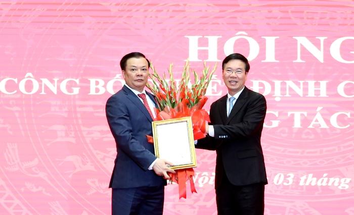 Thường trực Ban Bí thư Võ Văn Thưởng trao Quyết định, tặng hoa chúc mừng đồng chí Đinh Tiến Dũng