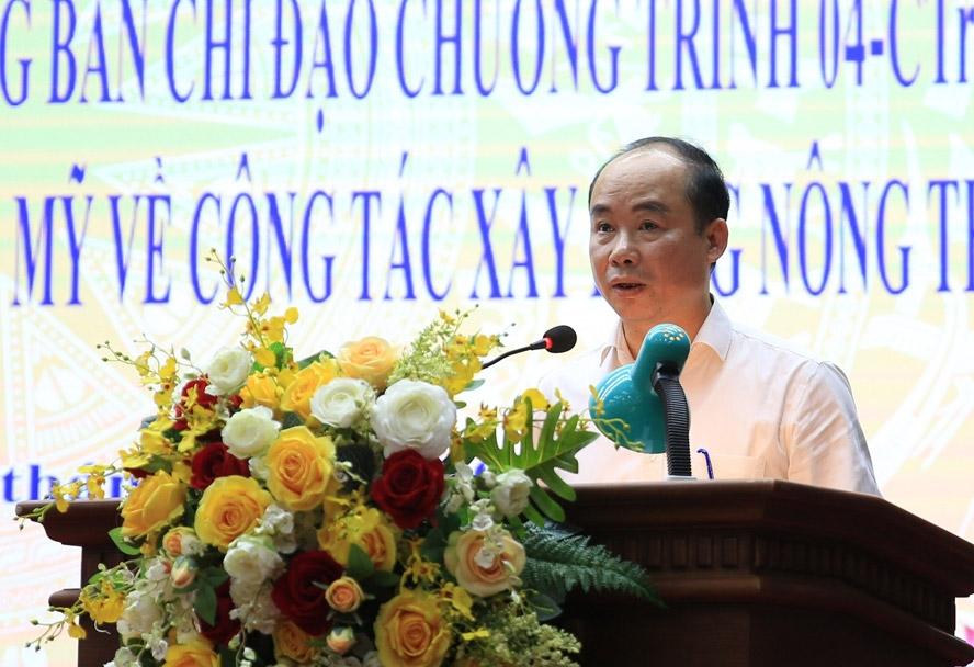 Chủ tịch Ủy ban nhân dân huyện Chương Mỹ Nguyễn Đình Hoa báo cáo tại buổi làm việc.