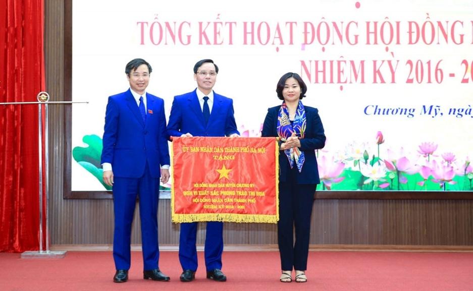 Phó Bí thư Thường trực Thành ủy Hà Nội Nguyễn Thị Tuyến trao Cờ đơn vị xuất sắc phong trào thi đua tặng Hội đồng nhân dân huyện Chương Mỹ
