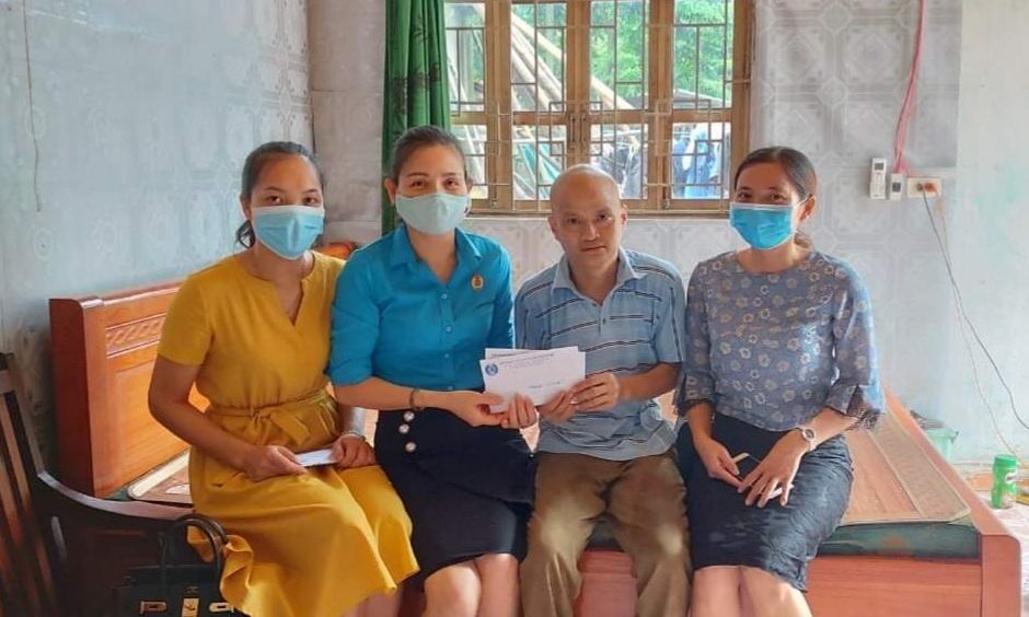 Chủ tịch Liên đoàn Lao động huyện Thanh Oai Nguyễn Thị Hảo trao hỗ trợ cho đoàn viên có hoàn cảnh khó khăn