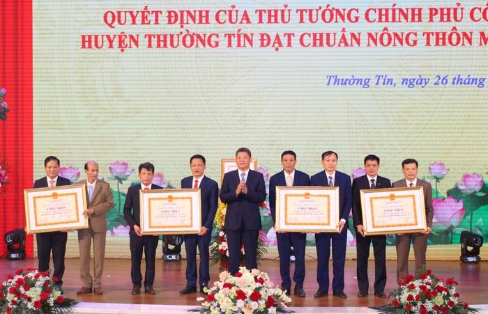 Phó Chủ tịch Ủy ban nhân dân thành phố Hà Nội Nguyễn Mạnh Quyền trao Quyết định công nhận 4 xã đạt chuẩn nông thôn mới nâng cao