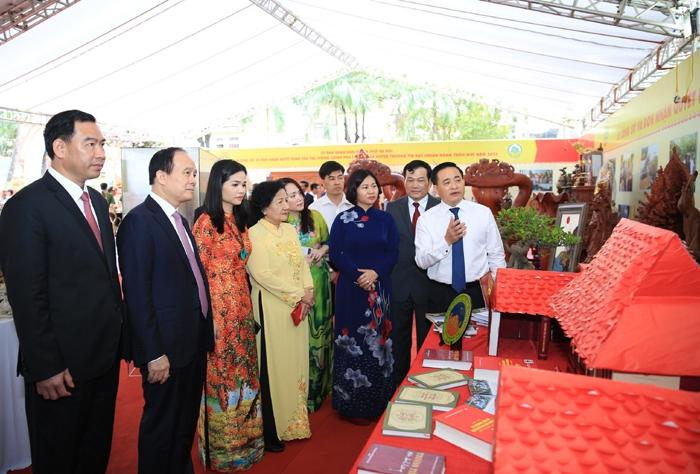 Lãnh đạo thành phố Hà Nội thăm khu trưng bày sản phẩm OCOP của huyện Thường Tín