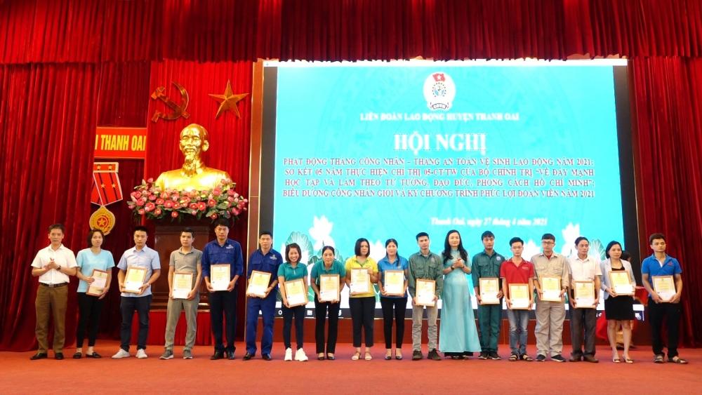 Chánh Văn phòng Huyện ủy Thanh Oai Hoàng Quốc Đạt và Chủ tịch Liên đoàn Lao động huyện Thanh Oai Nguyễn Thị Hảo trao chứng nhận cho công nhân giỏi