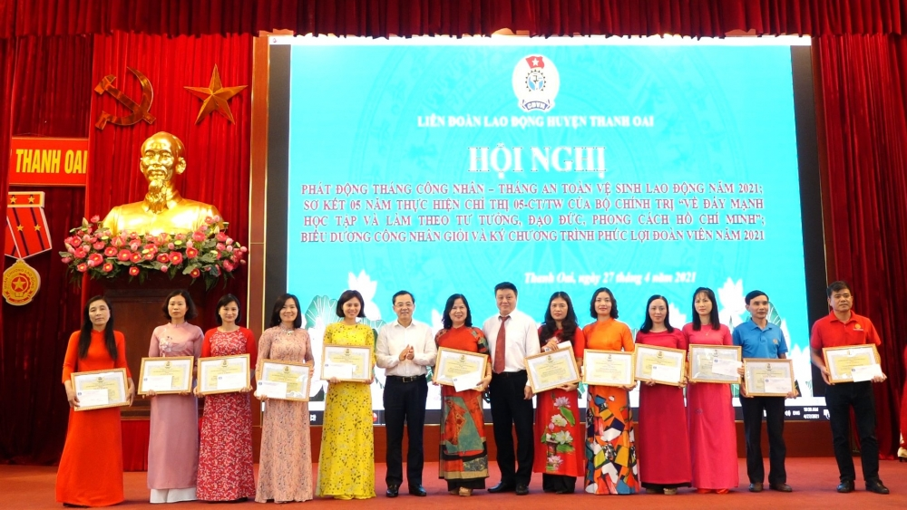 Phó Chủ tịch Liên đoàn Lao động thành phố Hà Nội Nguyễn Chính Hữu và Bí thư Huyện ủy Thanh Oai Bùi Hoàng Phan trao giấy khen cho các tập thể có thành tích xuất sắc